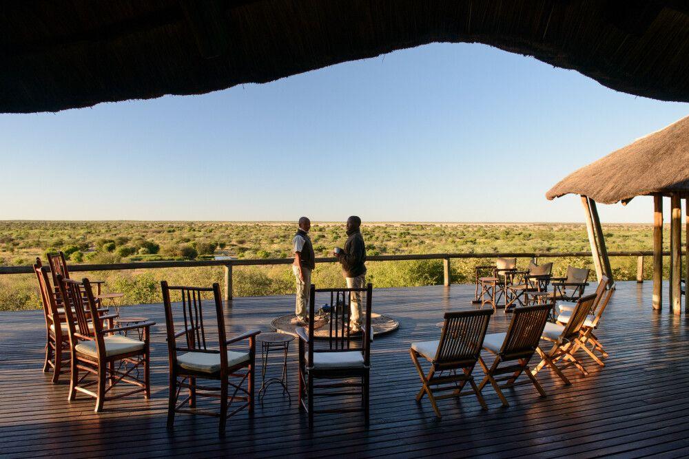 Fantastischer Ausblick von der Terrasse im Tau Pan Camp hinüber zum Wasserloch und in die Weiten der Kalahari