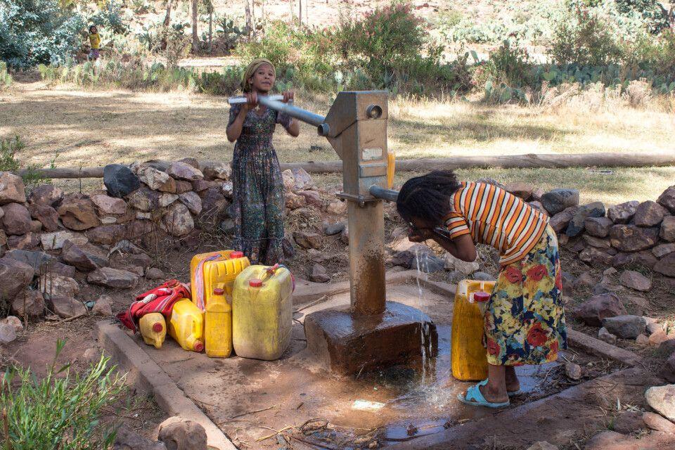 Kinder beim Wasser holen