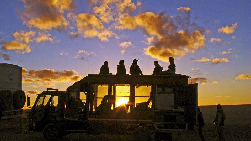 Sonnenuntergang vom Safari-Truck genießen © Diamir