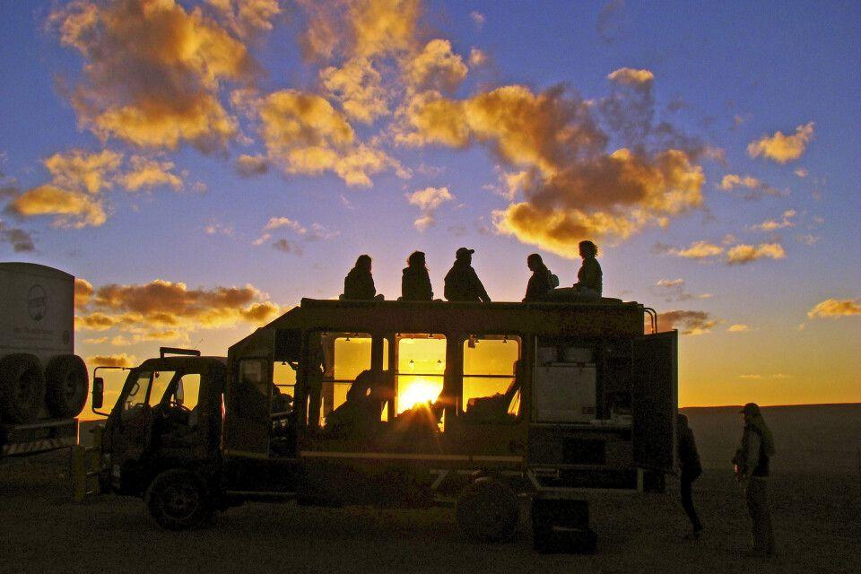 Sonnenuntergang vom Dach des Safaritrucks