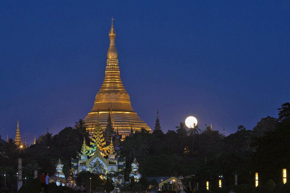 Die große goldenen Shwedagon-Pagode zum Vollmond