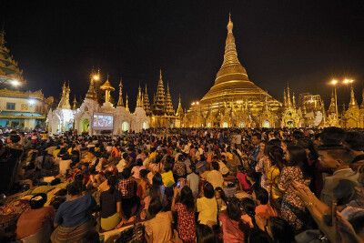Shwedagon-Pagode zum Vollmondfest