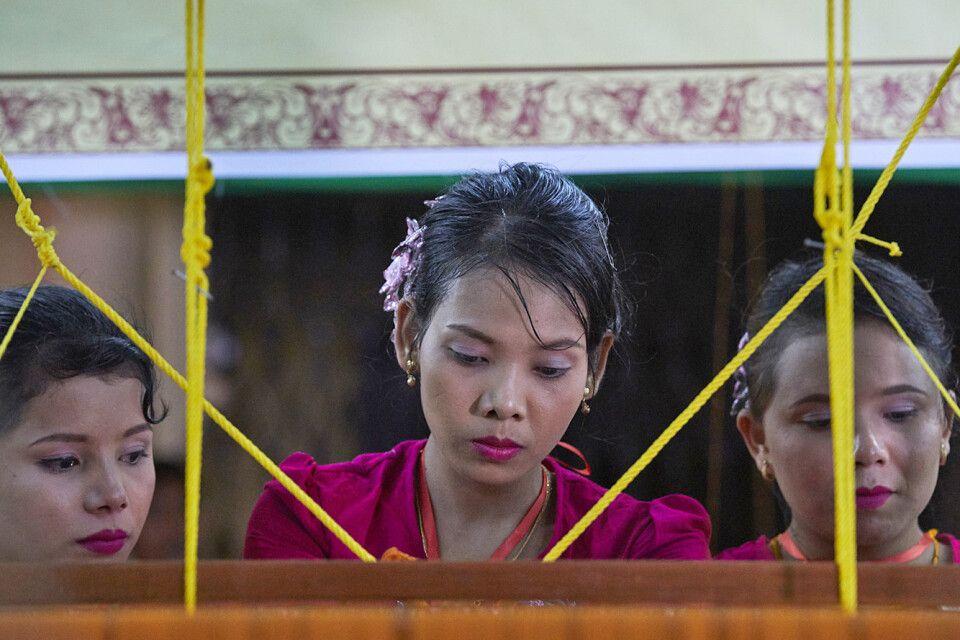 An der Shwedagon zum Vollmondfest beim Weben der Gewänder