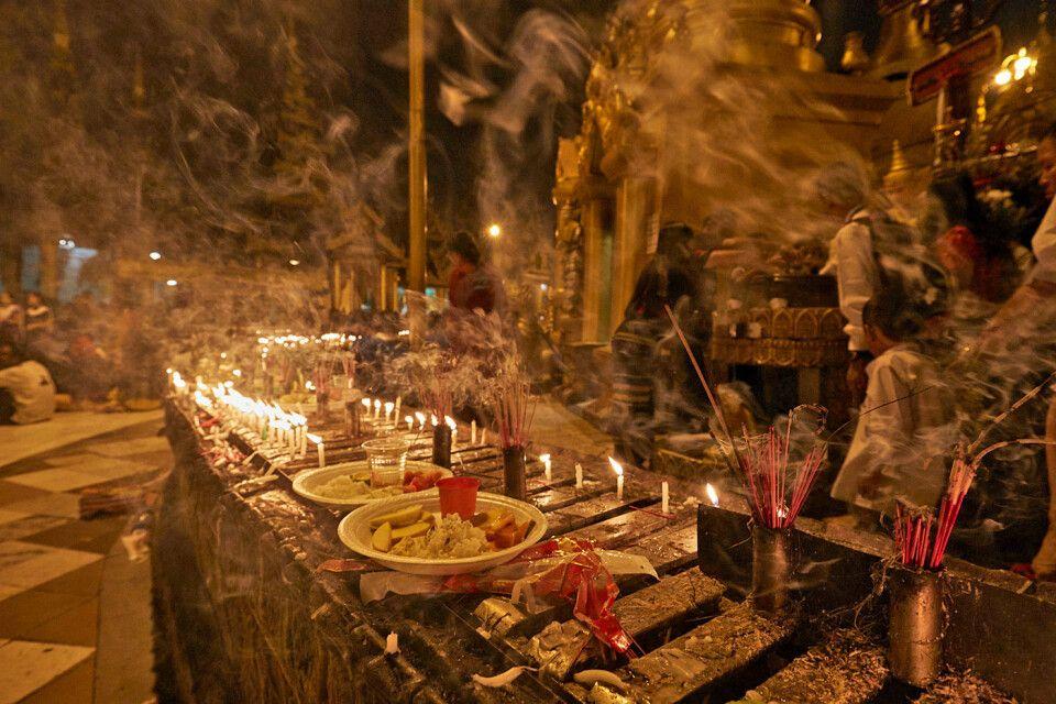 An der Shwedagon zum Vollmondfest