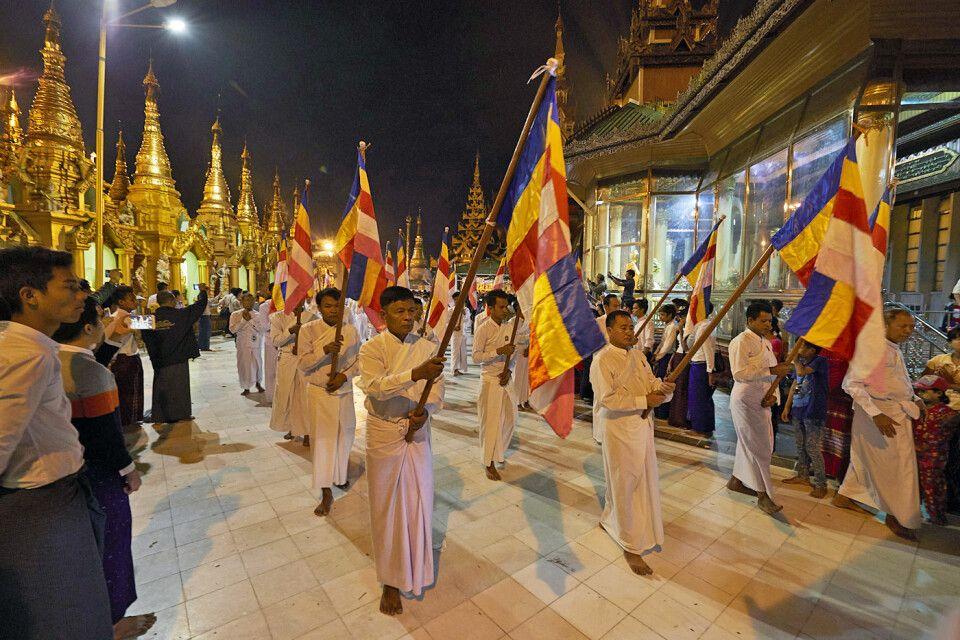 An der Shwedagon zum Vollmondfest beim Umlaufen der Pagode