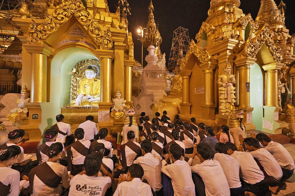 An der Shwedagon zum Vollmondfest im Gebet vertieft