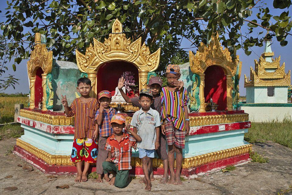 Kindergruppe an einer pagode im Irrawaddydelta