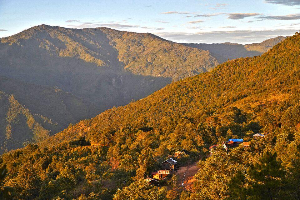Sonnenuntergang in den Bergen Myanmars