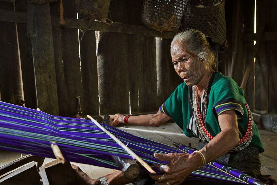 Traditionelle Art des Webens in den Bergen Myanmars