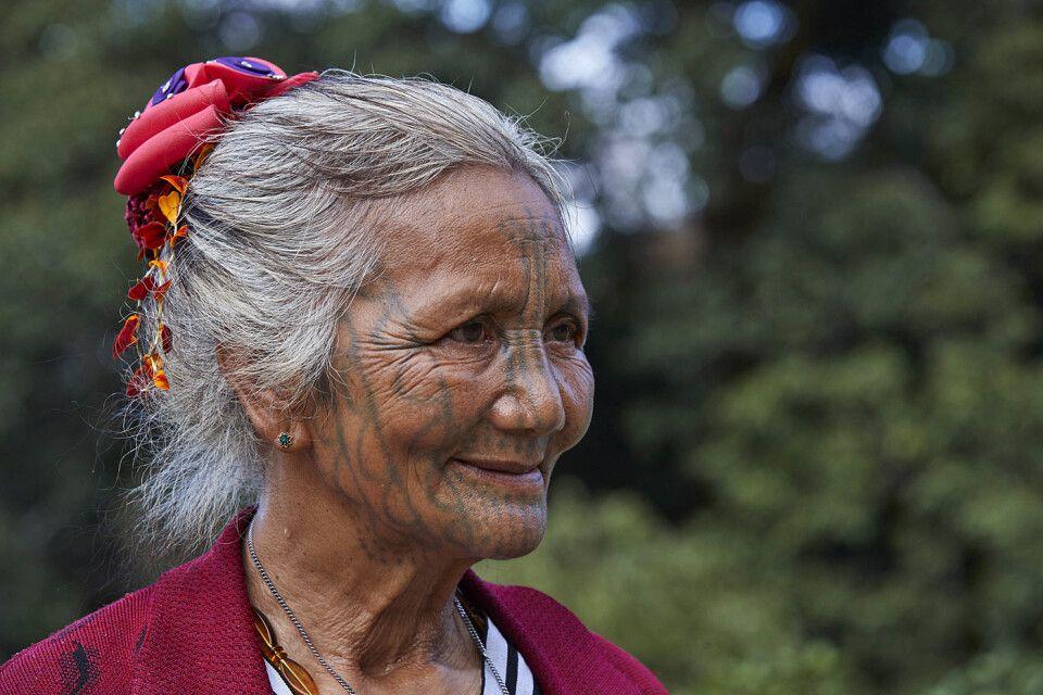 Frau der Chin mit Gesichtstätowierung