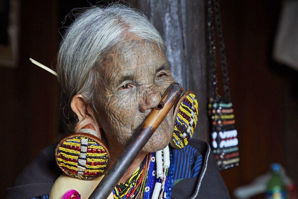 Frau mit Nasenflöte