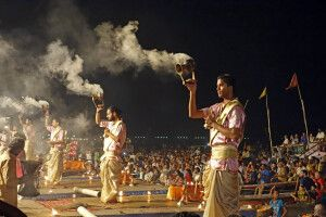 Aarti-Zeremonie am Ganges in Varanasi