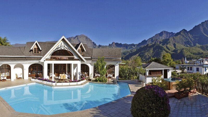 Cilaos – Hotel Le Vieux Cep – Poolbereich und Restaurant © Diamir