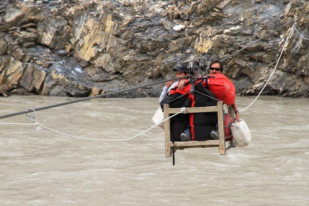 Das Abenteuer Markha Valley-Trekking beginnt mit einer spektakulären Flussüberfahrt per Seilbrücke…