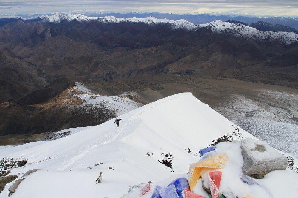 Blick vom Gipfel des Kang Yatze II auf die letzten Meter der Aufstiegsroute.