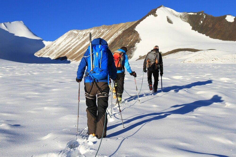 Traumhafte Morgenstimmung auf dem Gletscher… Links hinten der Westgipfel des Dzo Jongo, rechts der Mitte der Rigoni Mallai Ri, auch ein einfacher 6000er…