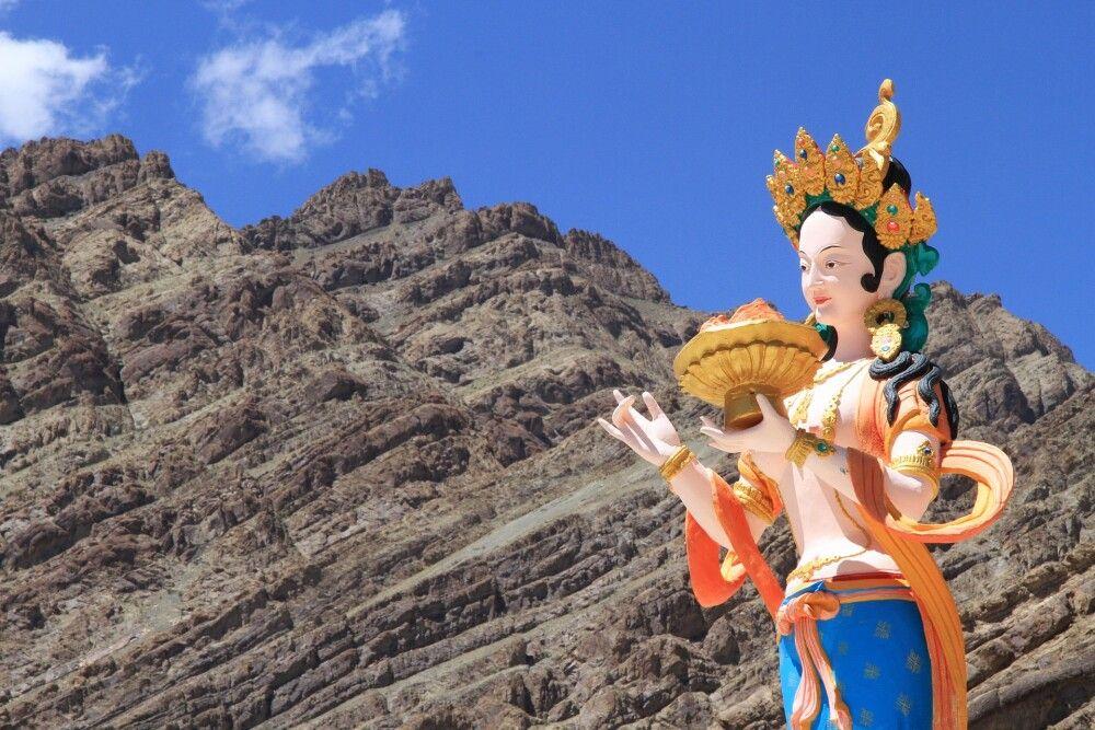 Die Kontraste zwischen der kargen Landschaft Ladakhs und der Farbenpracht der Klöster faszinieren immer wieder auf's Neue…