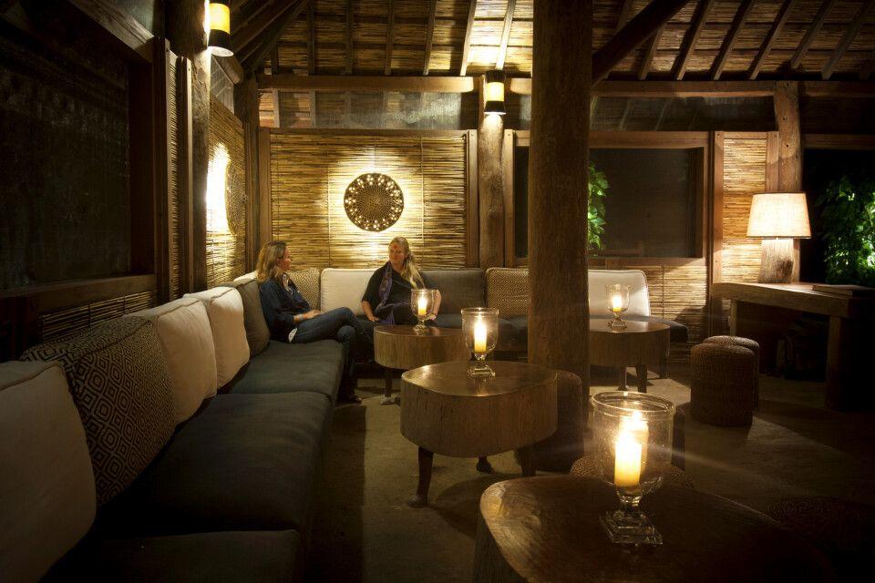 Abendstimmung in der Lounge – Tiger Tops Karnali Lodge