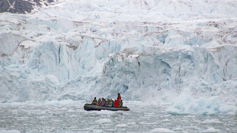 Das Zodiac wirkt winzig vor der Gletscherwand © Diamir