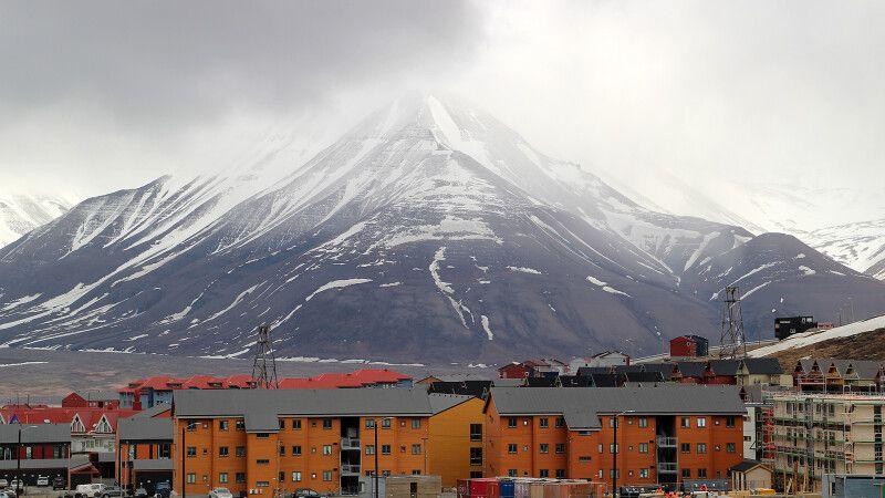 Die bunten Häuser in Longyearbyen strahlen auch bei trübem Wetter © Diamir