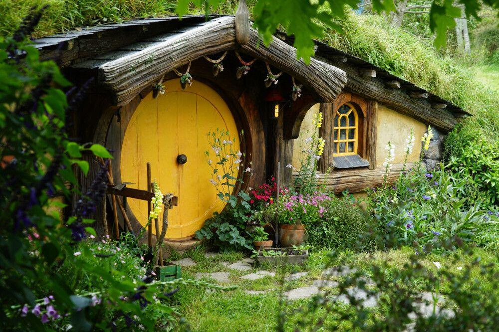 Die kleinen Behausungen der Hobbits fügen sich toll in die sanfte, hügelige Landschaft der Region ein.