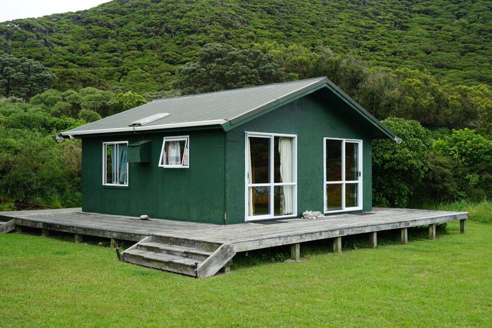 Auf Kapiti Island kann man in solchen Chalets übernachten oder in Hauszelten inmitten der Natur.
