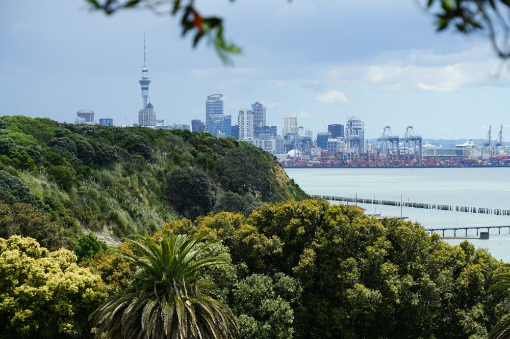 """Zum Abschied ein Blick auf die Skyline Aucklands mit dem höchsten Fernsehturm der Südhalbkugel, dem Sky Tower mit 328 Metern. """"Koanga"""" – Neuseeland wartet auf Sie!"""