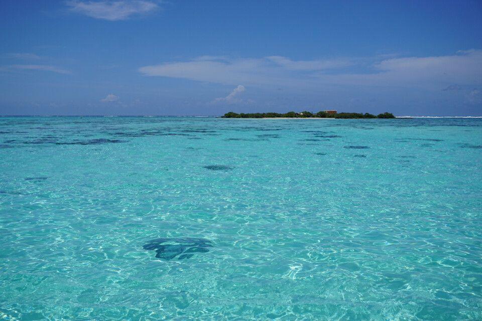 Glasklares Wasser in der Lagune von Moorea