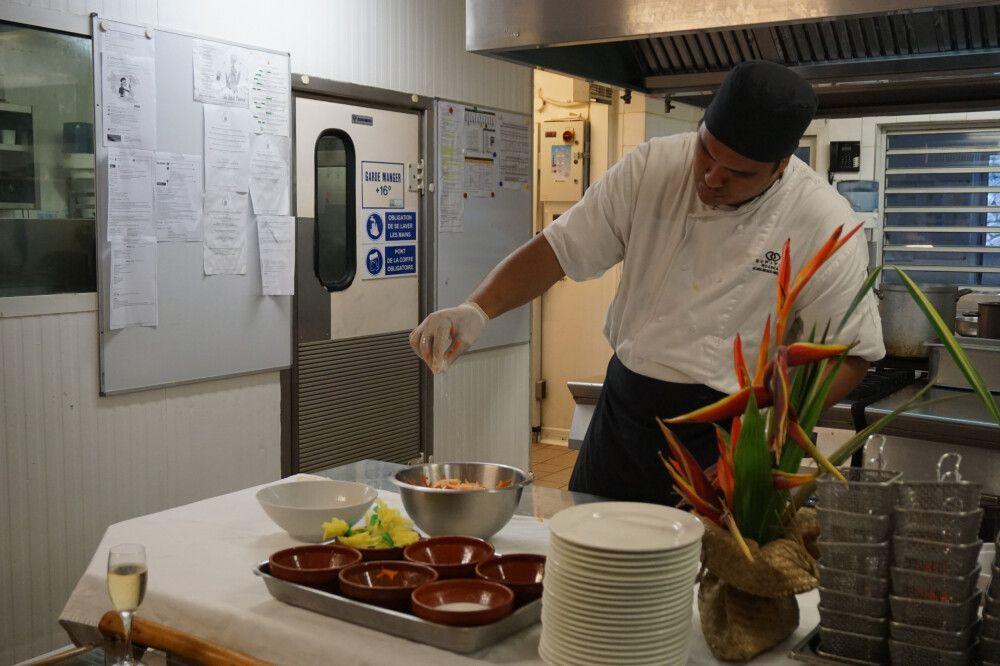 """Blick in die Küche bei der Zubereitung des landestypischen """"Poisson Cru"""""""