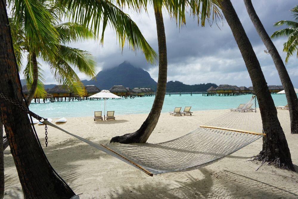 Strand beim Pearl Beach Resort Bora Bora, mit Mount Otemanu im Hintergrund