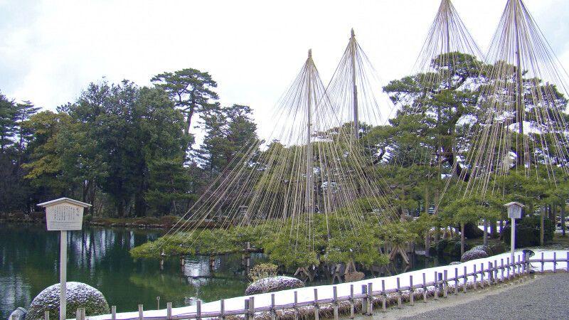 Einer der schönsten Landschaftsgärten Japans – Kenrokuen in Kanazawa © Diamir