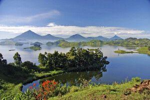 Blick vom Mutanda Lake Resort zu den Virunga Bergen