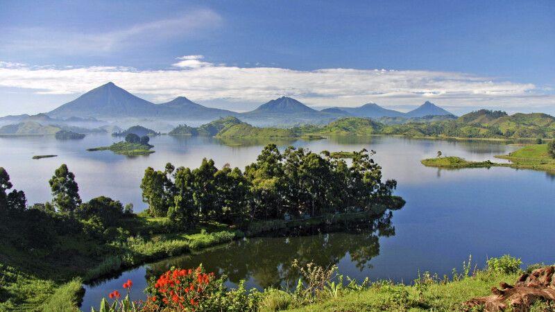 Blick vom Mutanda Lake Resort zu den Virunga Bergen © Diamir