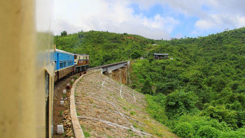 """Auf der 3-stündigen Zugfahrt in gemütlichen Polstersesseln von Kalaw nach Shwenyaung durch die """"Birmanische Schweiz"""" © Diamir"""