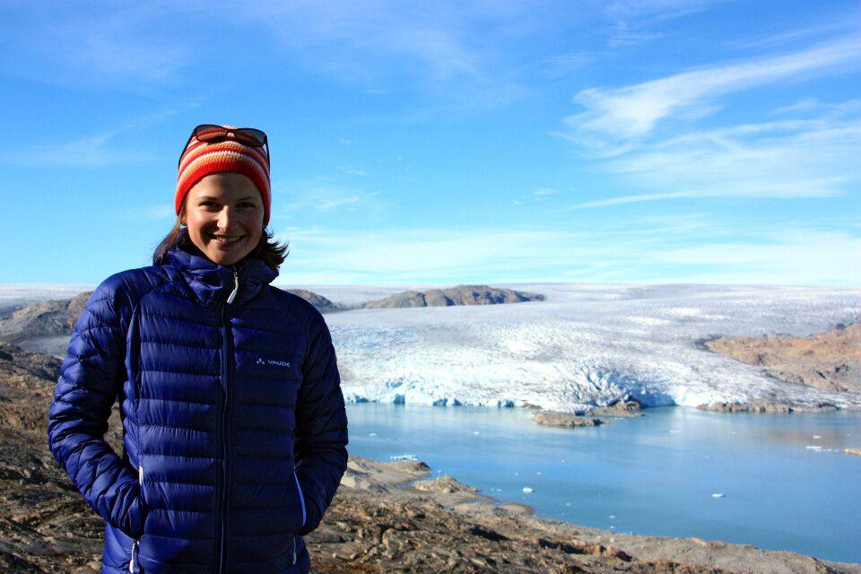 Sylvia Wesser vorm Grönländischen Inlandeis