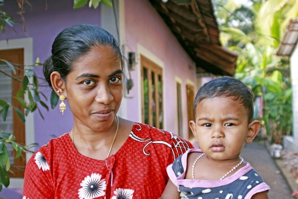 Mutter mit Kind auf einer Insel in den Backwaters