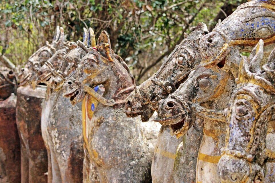 lebensgroße Tonpferde säumen den Weg zum Ayanar-Tempel bei Tanjore
