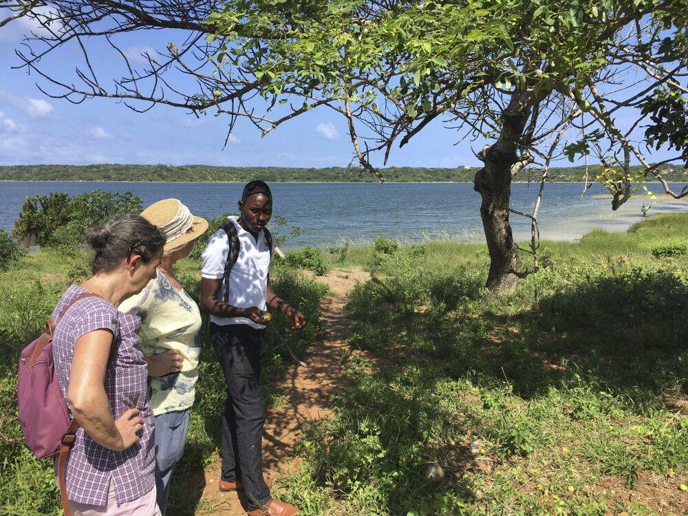 Guide macht am Dongane-See Erläuterungen zu essbaren Wildfrüchten, Community-Tour, Zavora – Dunes de Dovela Eco-Lodge