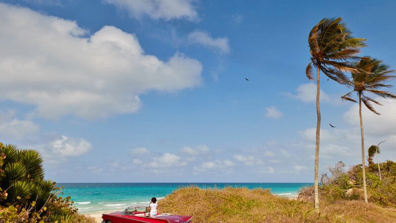 Kubanerin im Oldtimer am Strand © Diamir