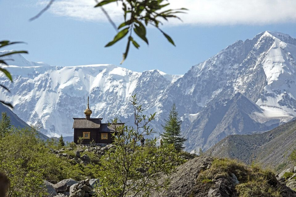 Bergmassiv mit Alpinistenkapelle