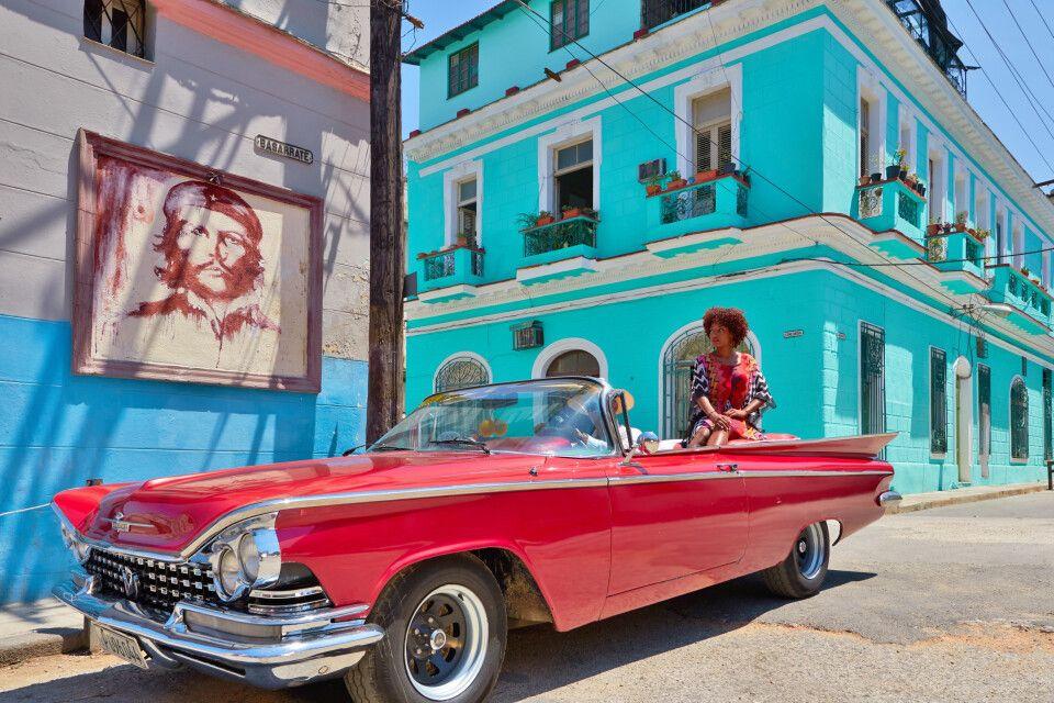 Kubanerin im Oldtimer in Havanna