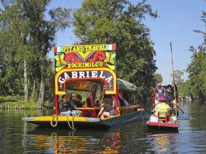 Bunte Boote in den schwimmenden Gärten von Xochimilco