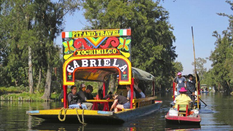 knallbunte Boote in den schwimmenden Gärten von Xochimilco © Diamir