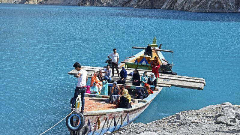 Früher mal ein Teil des Karakorum Highway: Mit dem Boot über den Attabad-See. © Diamir