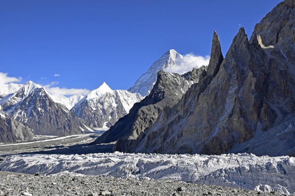 Am Ende des Tals erhebt sich majestätisch der K2.