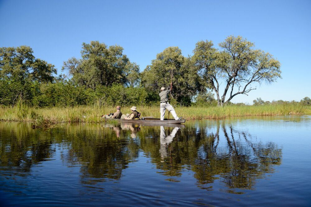 Lautlos geht es mit dem Mokoro durch die Okavango-Wasserwelt.