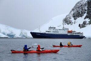 Im Kajak kann man fast lautlos zwischen den Eisbergen gleiten
