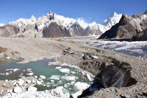Manchmal bilden sich eisige Seen auf dem Baltoro-Gletscher.