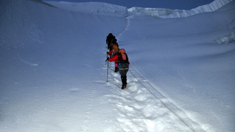 Noch in der Nacht beginnt der schwierige Aufstieg auf den Gondogoro La. © Diamir