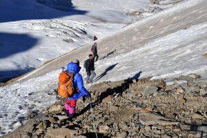 Steil und teils an Fixseilen erfolgt der Abstieg vom Gondogoro La am Vortag.